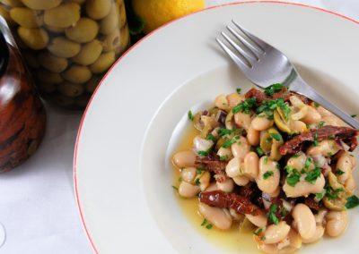 Weißer Bohnensalat mit grünen Oliven und Zitrusdessing